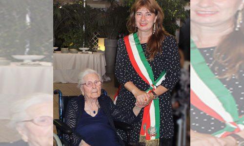 """Grande festa per nonna Gena: """"La mia vita lunga 100 anni"""""""