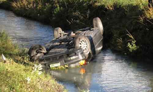 Un giovane sbanda e finisce con l'auto nel fiume Verdura