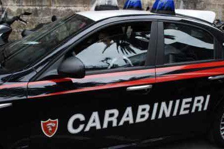 Aggredisce un 20enne con un coltello a serramanico e si scaglia contro i Carabinieri: arrestato
