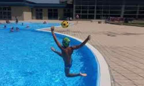 GELA. bimbo di 3 anni rischia di annegare:  poliziotto si tuffa in acqua vestito e lo salva
