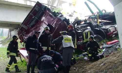 Un camion travolge una Bmw e vola giù da un viadotto: morto un automobilista