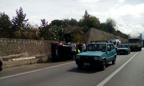 Drammatico incidente sulla Palermo-Agrigento: un auto cappotta e il conducente rimane incastrato.