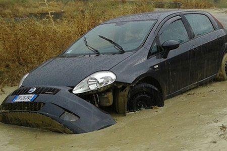 Una valanga di acqua e fango travolge un auto con dentro un papà con la figlioletta tra Lucca e Bivona