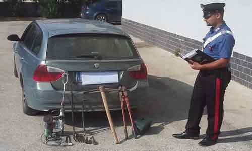 Tenta di forzare un posto di blocco con un'auto rubata ed arnesi da scasso: arrestato