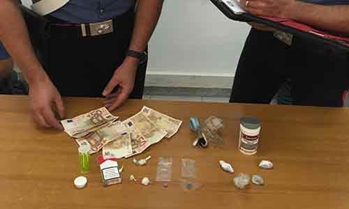 Beccato con droga per tutti i gusti: funghi allucinogeni, metanfetamine, ecstasy, marijuana, cocaina, eroina e francobolli di Lsd