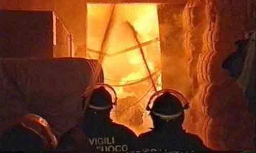 """Appiccano il fuoco in un ufficio del Comune per bruciare le """"cartelle esattoriali"""": due arresti"""