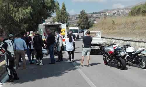 Un motociclista perde la gamba impattando contro un guardrail