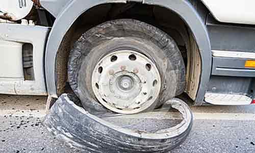 Esplode una gomma a un camion sulla Mazara del Vallo-Palermo: traffico in tilt