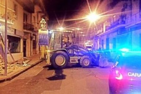 Con un bulldozer rubato, sradicano lo sportello bancomat di una banca: bottino 50mila euro