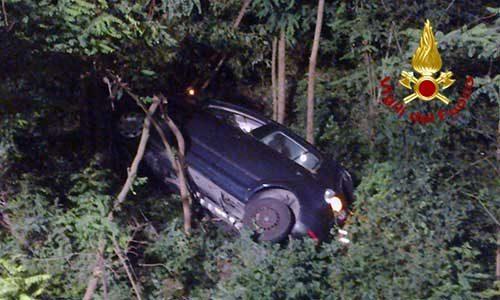 Gravissimo incidente. Un auto finisce in una scarpata: due le vittime e due feriti gravi