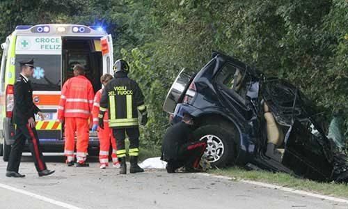 Sbattono con l'auto contro un muro: la moglie muore e il marito è in gravi condizioni