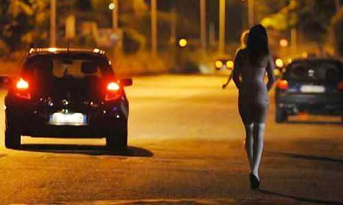 """Adesca un uomo e gli ruba la collana d'oro, poi fugge con i complici: """"beccata"""" dalla polizia"""