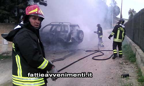 Paura al CUPA di Agrigento: a fuoco un Land Rover Freelander – VIDEO dell'incendio