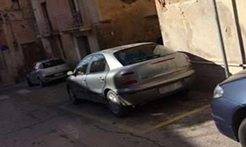 Parcheggi selvaggi, decine le segnalazioni: il corpo di polizia municipale intervenga
