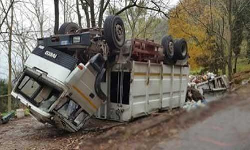 Un Camion per la raccolta della spazzatura si ribalta: salvi gli operai
