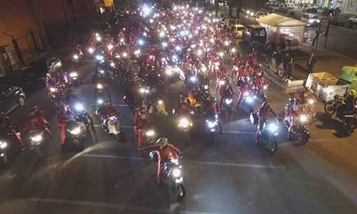 Centinaia di Babbi Natale in motocicletta invadono il centro di Catania – FOTO