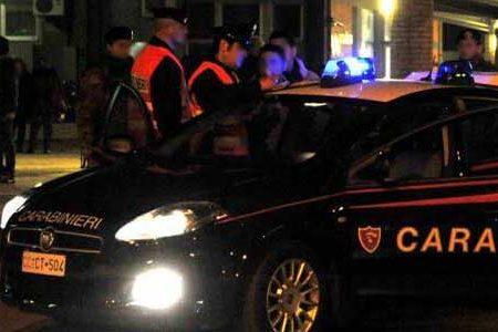Sfonda la porta di casa, danneggia alcuni mobili, minaccia i familiari e alla fine aggredisce i Carabinieri: arrestato