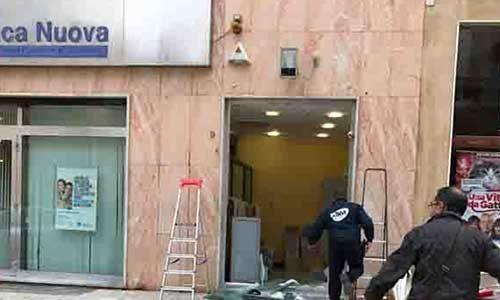 """Sfondano il vetro blindato della """"Banca Nuova"""" con un camion e si portano via il bancomat"""