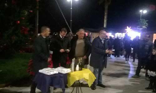 """Si inaugura l'albero di Natale in piazza. L'attacco gratuito dell'opposizione: """"E' stata passerella"""""""