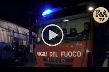 Incendio nella notte in un deposito di rifiuti: un 50enne muore carbonizzato – VIDEO