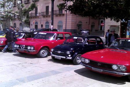 Spettacolo in piazza Scandaliato: Raduno spontaneo di auto storiche!