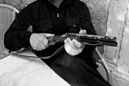 Minaccia un anziano parente con la lupara: bloccato dai Carabinieri