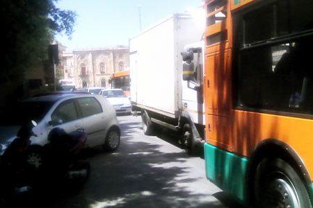 """Piazza S. Friscia: Taxi e cittadini in """"Parcheggio Selvaggio"""" su area per BUS e traffico """"puntualmente"""" in tilt"""