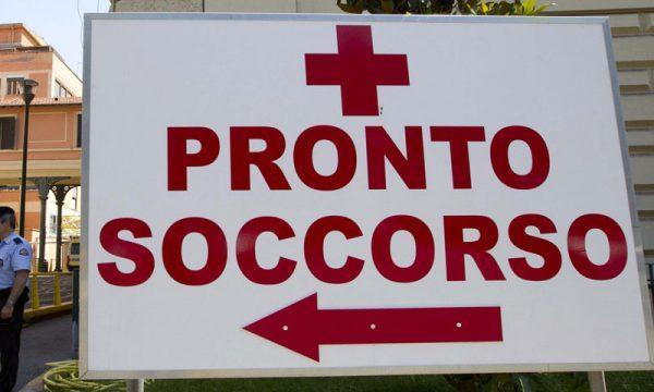 """Arriva al Pronto Soccorso con la figlia piccola ferita alla testa, padre aggredisce un infermiere: """"Dovete visitarla"""""""