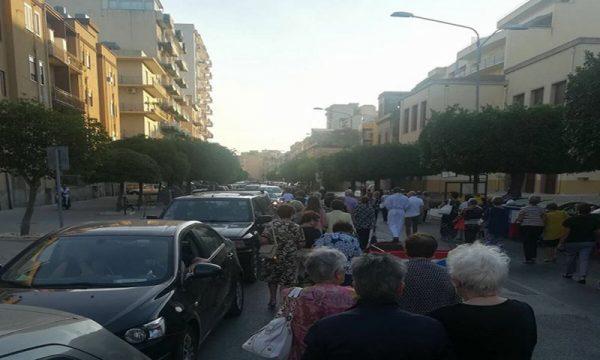 Sciacca. Processione della Madonna in mezzo alle auto, perché?