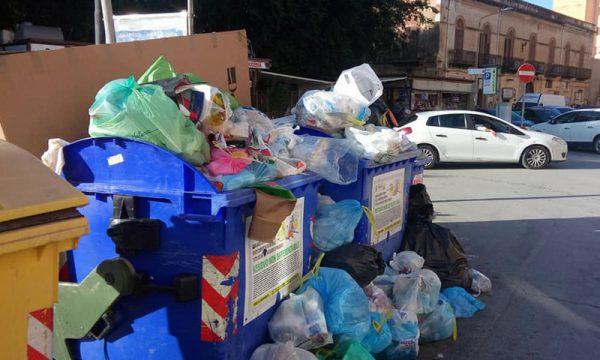 """Sciacca. Tornano le strade invase dai rifiuti, Mandracchia: """"Non dipende da noi, altri Comuni non pagano"""""""