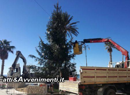 Natale Saccense 2017: Domani conferenza, intanto si monta l'albero e il mercatino in piazza Scandaliato