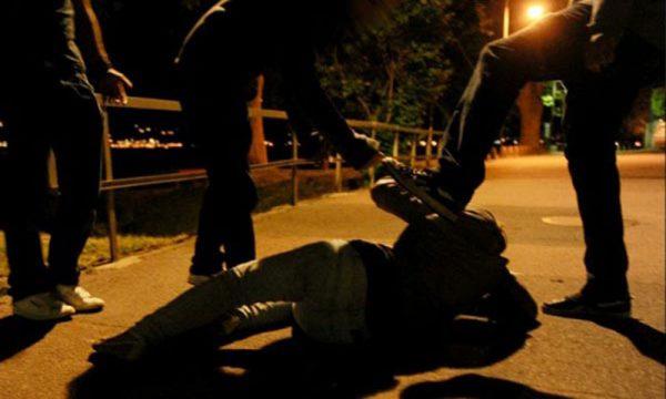 Adrano. In 3 bloccano coppia, il fidanzato reagisce e viene picchiato: arrestati per Violenza sessuale di gruppo