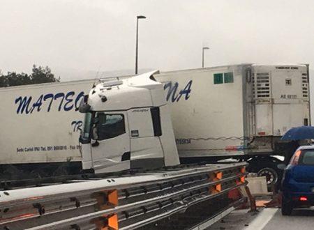 Tir sbanda, supera guard-rail e finisce sulla carreggiata opposta sulla Palermo-Mazara: un ferito, traffico in tilt