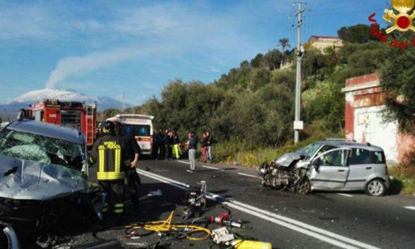 Pauroso scontro tra due auto: perde la vita donna di 40 anni e tre persone gravemente ferite