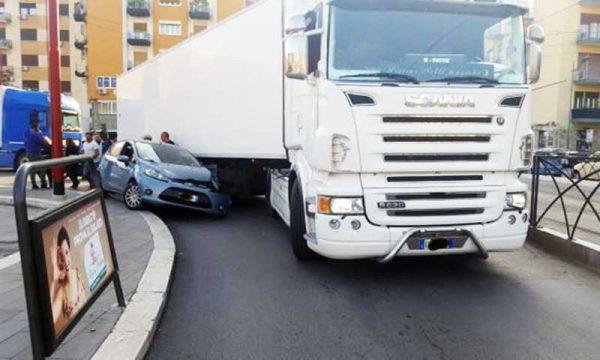 """Rocambolesco incidente. Un camion """"schiaccia"""" un auto che gli finisce sotto: ferito il conducente"""