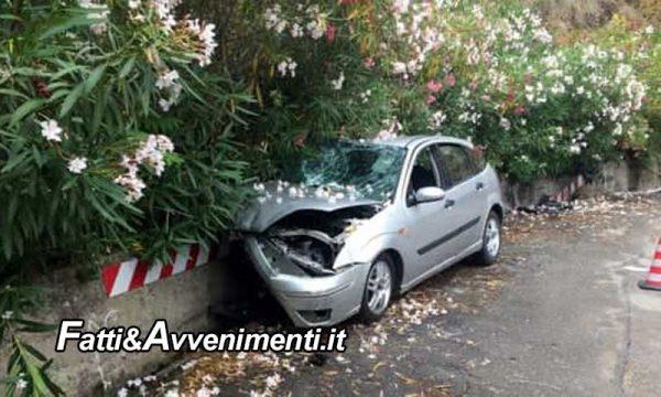 Si schianta con l'auto contro un muro: perde la vita donna 59enne