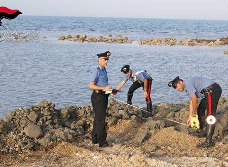 Licata. Sbanca la spiaggia con l'escavatore per farsi il posto barca: denunciato e mezzo sequestrato