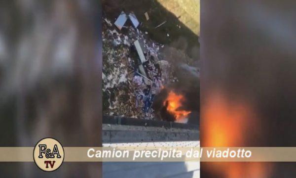 A19 Palermo-Catania. Tir investe auto e precipita dal viadotto: perde la vita un magistrato, camion esploso – VIDEO