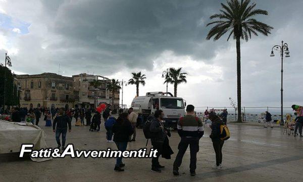 """Carnevale di Sciacca. Pulizia piazza Scandaliato alle 10:30 di mattina: """"Ma piove sul bagnato…"""""""