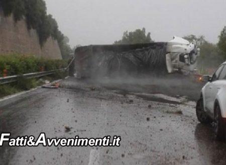 Rocambolesco incidente sulla A18: un Tir si ribalta ed invade la carreggiata, ferito il conducente