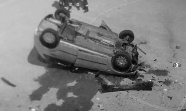"""Giarre. Donna sfonda una ringhiera con l'auto e """"vola"""" su un campetto di calcio ribaltandosi"""