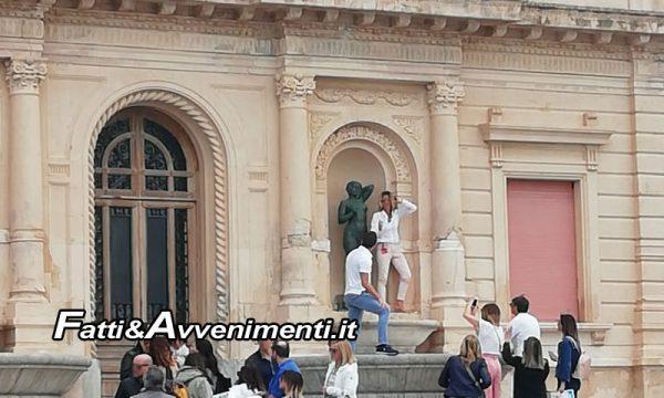 """Sciacca. Turisti """"selvaggi"""" sulle fontane delle Terme si fanno foto con statue: nessun rispetto per un simbolo"""