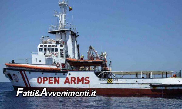 L'Open Arms con 278 migranti è a Porto Empedocle ma è caos in 10 si gettano in mare, 2 donne incinte evacuate