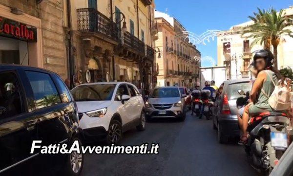 Sciacca. Parcheggio selvaggio: Corso V. Emanuele intasato per auto in sosta a bordo strada