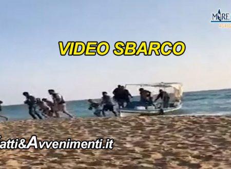 Agrigento. Sbarco di clandestini in pieni giorno – VIDEO – che sbeffeggiano i bagnanti e fanno perdere le tracce