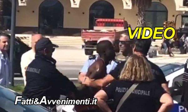 Castelvetrano (TP). Terrore al parcheggio Lidl, nigeriano ruba pistola a vigilessa: Arrestato – VIDEO
