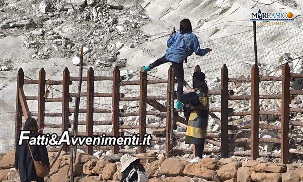 """Scala dei Turchi chiusa da settimane, ma i turisti scavalcano e se ne """"fregano"""" delle ordinanze"""