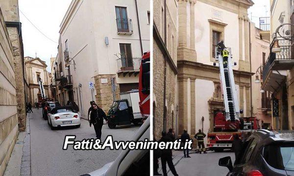 Sciacca. Cadono tegole dalla Chiesa di San Giuseppe: intervengono pompieri, strada bloccata