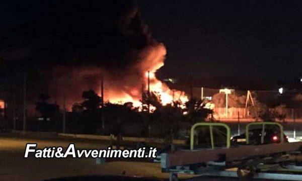 """Lampedusa. È rivolta? A fuoco i barchini dei migranti, per il  sindaco è """"Attentato all'immagine dell'isola"""""""