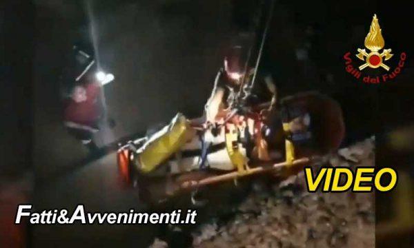 Catania. Ragazza cade sulla scogliera, intervengono i pompieri: ecco il video del difficile recupero